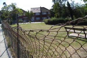 broken-fence-4-img-3517-low-res.jpg - TYS2 garden 4 everyone