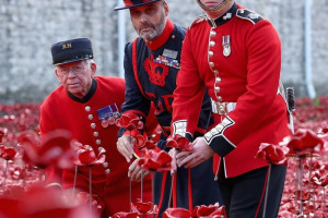 tower-london-poppies-beefeater.jpg - 11.11.18 Long Ashton Remembers