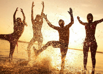 wallpaper-beach-happy-people-2.jpg